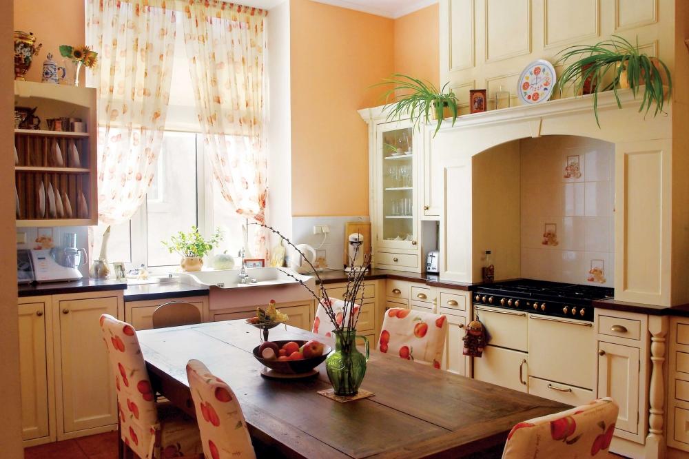Кухня/столовая в  цветах:   Бежевый, Белый, Желтый, Коричневый.  Кухня/столовая в  стиле:   Прованс.