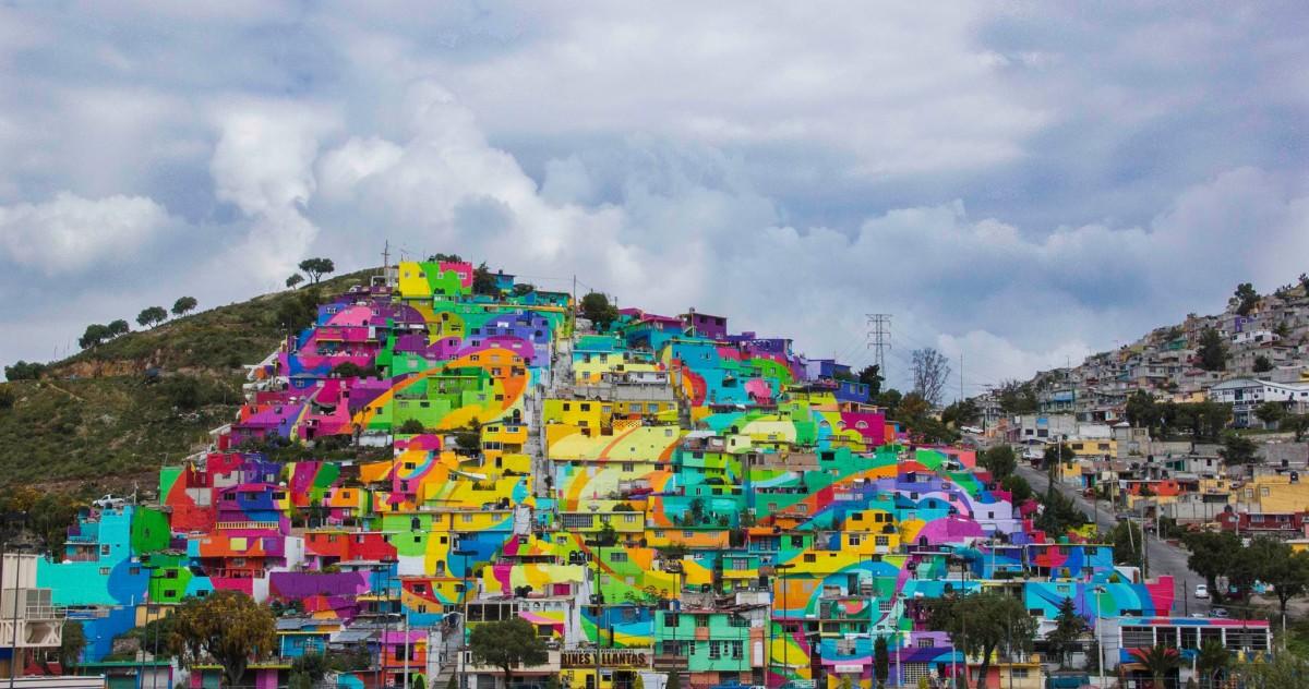 Мексиканский город окрасили в цвета радуги