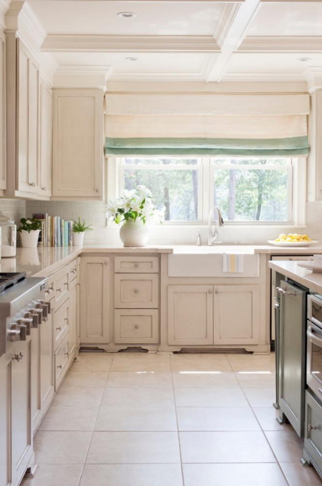 Кухня/столовая в  цветах:   Бежевый, Белый, Желтый, Светло-серый.  Кухня/столовая в  стиле:   Классика.
