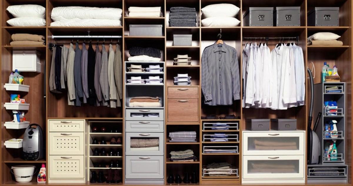 5 приспособлений, которые упростят хранение вещей в шкафу