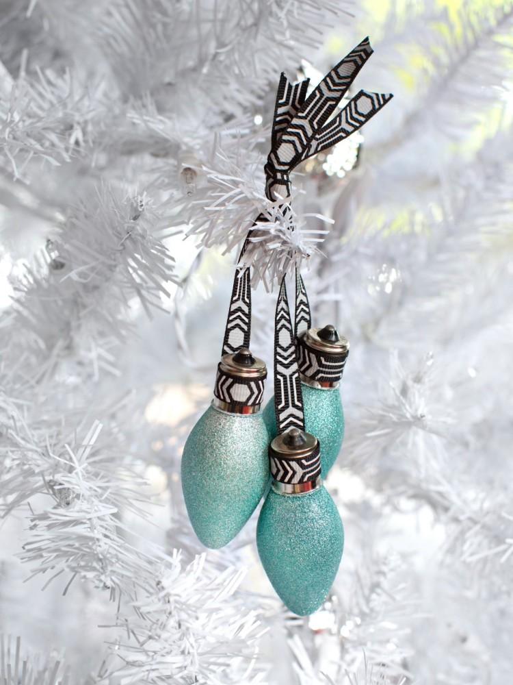 Новогодний декор: игрушки на ёлку из старых лампочек