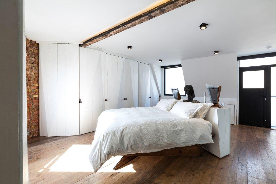 Спальня в цветах: черный, серый, светло-серый, белый, коричневый. Спальня в .