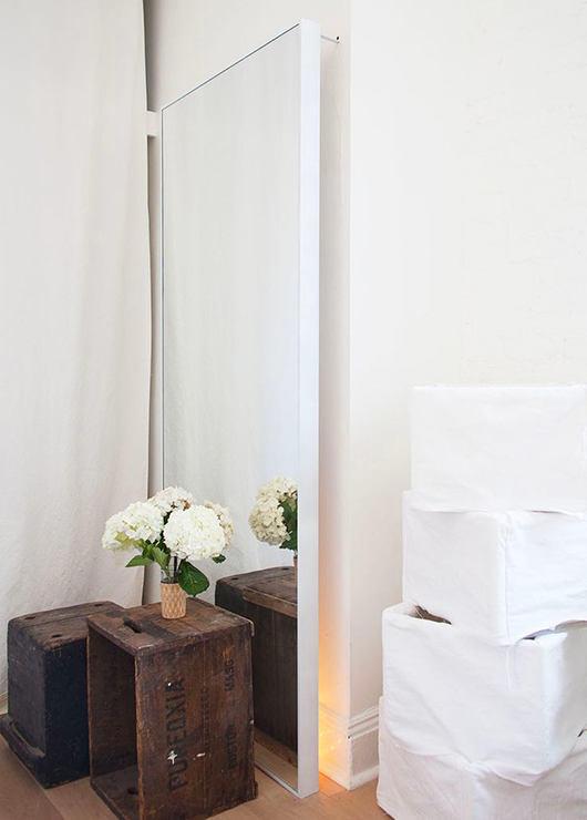 Мебель и предметы интерьера в цветах: белый, темно-зеленый, темно-коричневый, бежевый. Мебель и предметы интерьера в стилях: минимализм, скандинавский стиль.