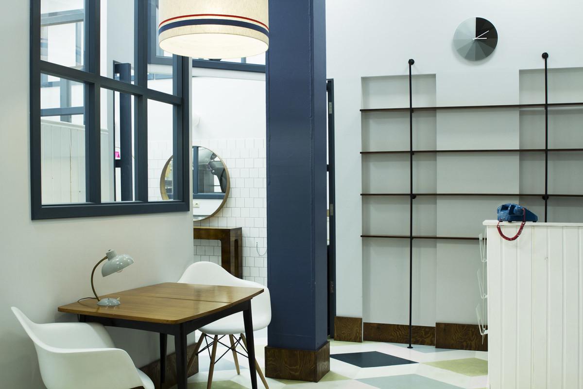 Офис в цветах: черный, серый, светло-серый, белый. Офис в стиле минимализм.