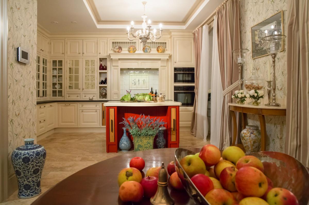Дом в посёлке Довиль: как сочетать камин, красивую мебель и сложный декор
