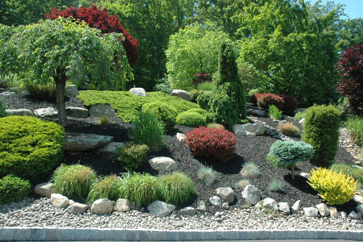 Ландшафт в цветах: красный, зеленый, серый, светло-серый, белый. Ландшафт в стилях: средиземноморский стиль, экологический стиль.