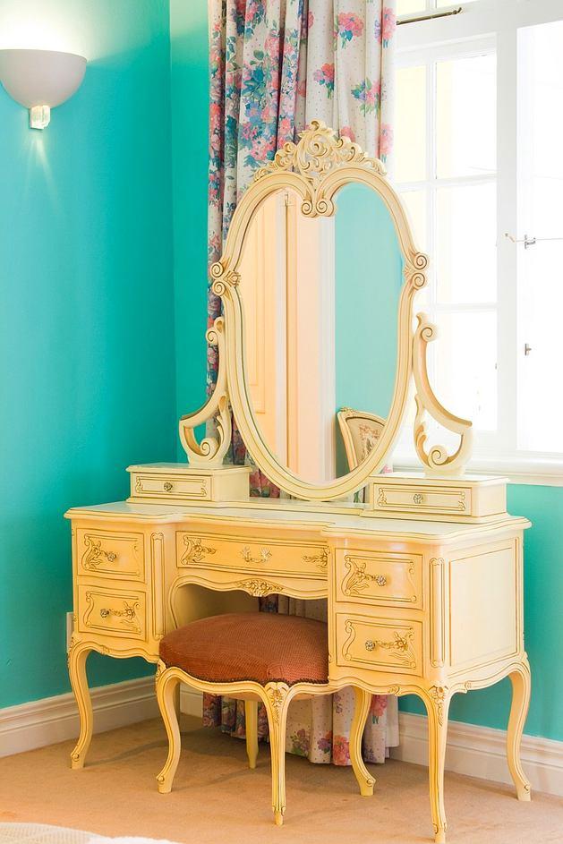 Мебель и предметы интерьера в цветах: желтый, голубой, светло-серый, белый. Мебель и предметы интерьера в .