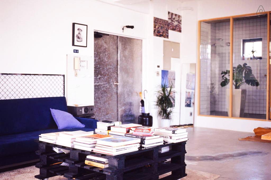 Мебель и предметы интерьера в цветах: оранжевый, черный, светло-серый, бежевый. Мебель и предметы интерьера в стилях: лофт.
