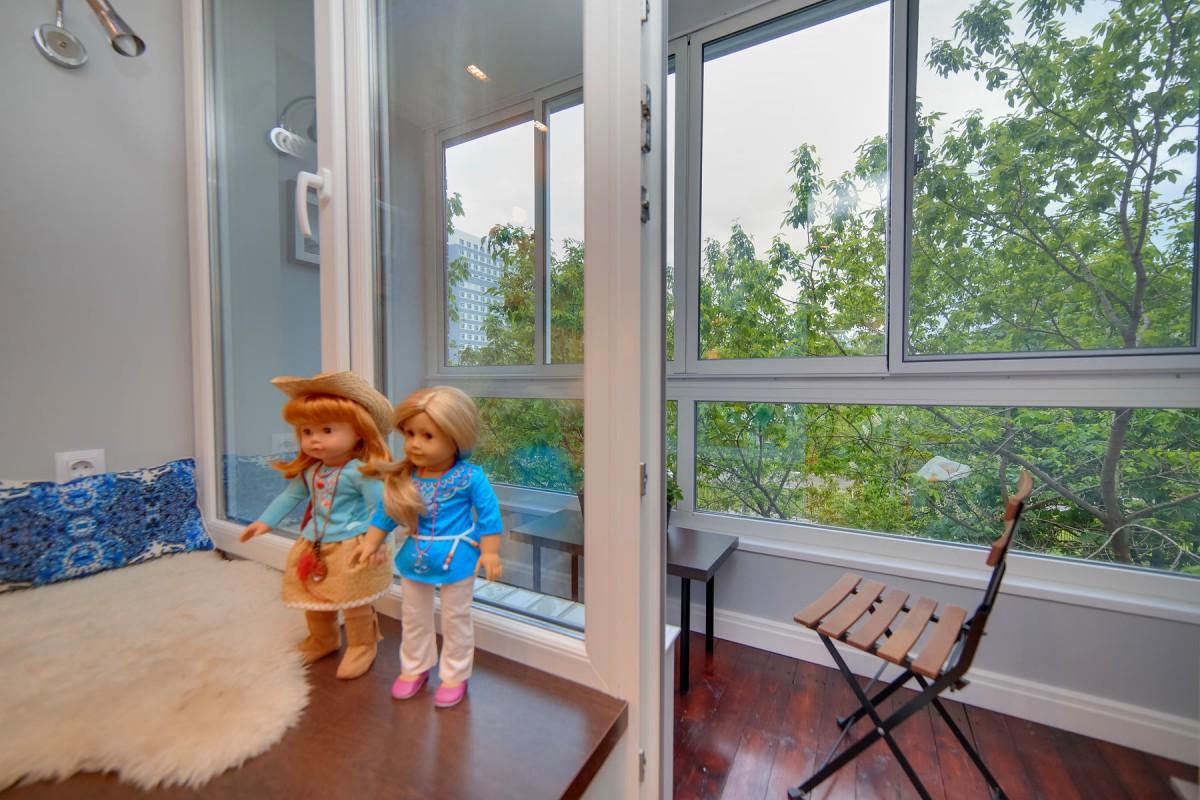 Балкон, веранда, патио в цветах: серый, светло-серый, белый, коричневый, бежевый. Балкон, веранда, патио в стиле минимализм.