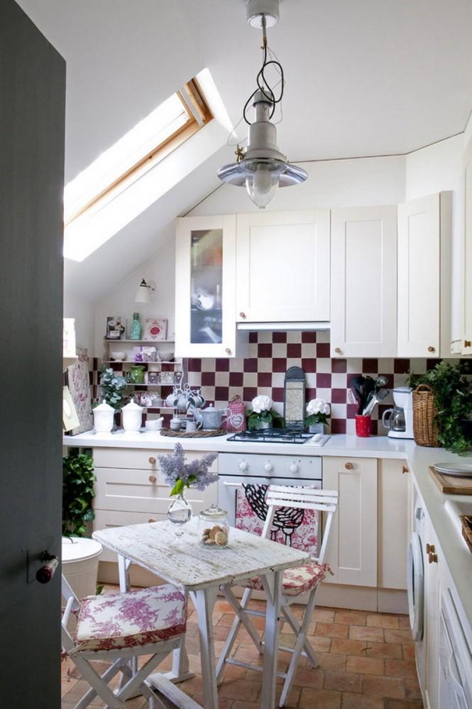 Кухня в цветах: светло-серый, белый, бордовый. Кухня в стиле французские стили.