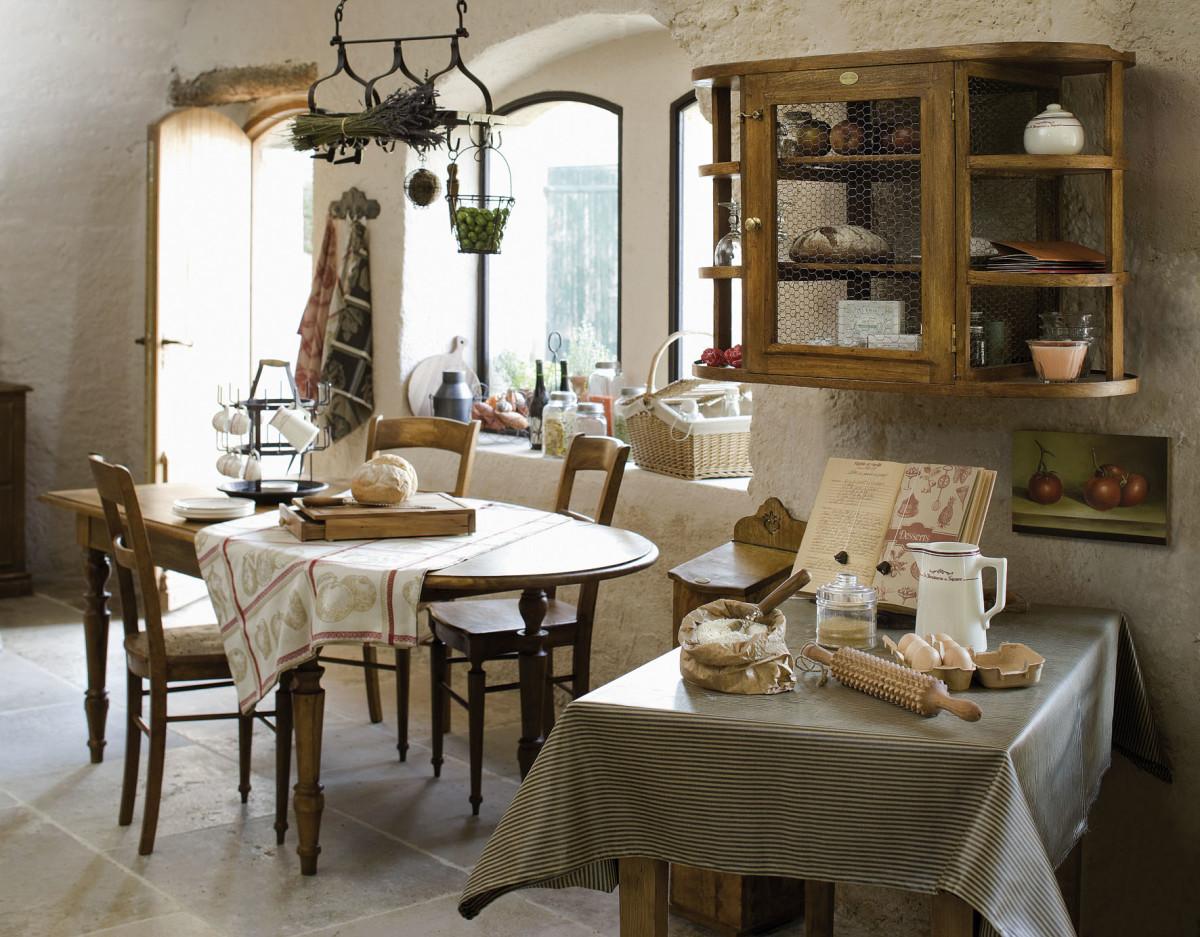 Кухня в цветах: серый, темно-коричневый, коричневый, бежевый. Кухня в стилях: прованс, кантри.
