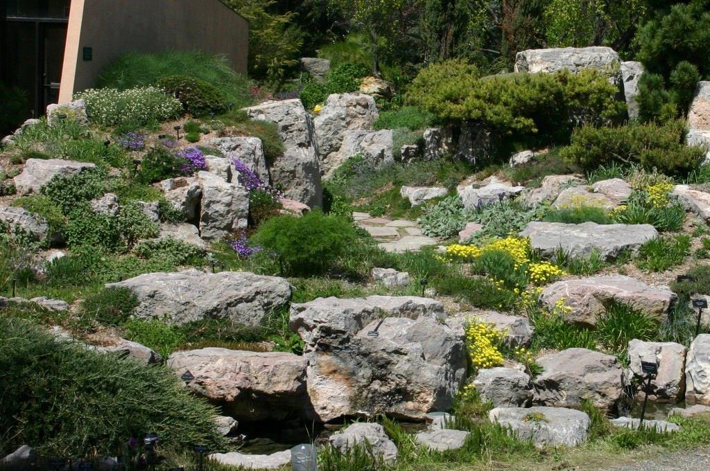 Ландшафт в цветах: зеленый, серый, светло-серый, лимонный, темно-зеленый. Ландшафт в стилях: средиземноморский стиль, экологический стиль.