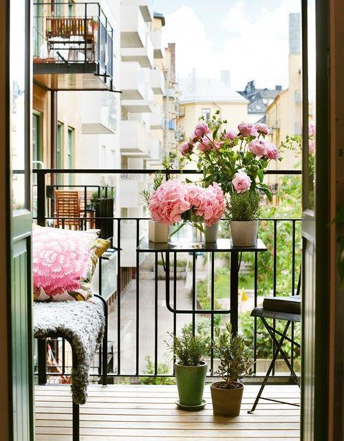 Балкон, веранда, патио в цветах: серый, светло-серый, белый, темно-зеленый. Балкон, веранда, патио в стиле скандинавский стиль.