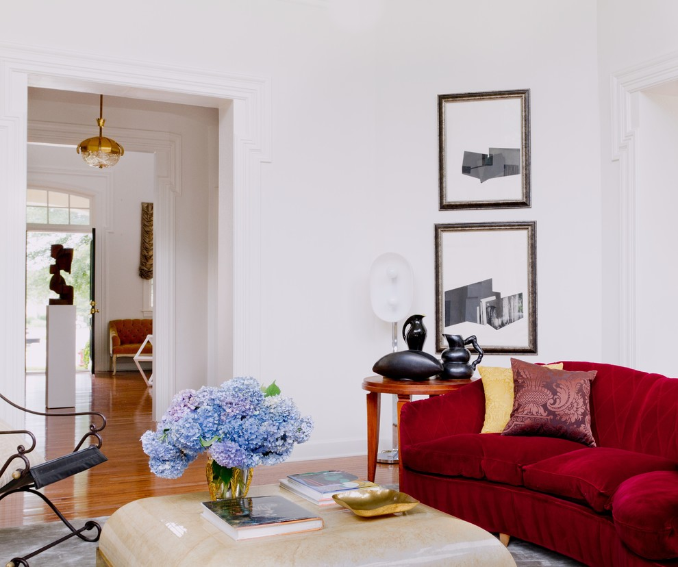 Гостиная, холл в цветах: белый, бордовый, бежевый. Гостиная, холл в стиле эклектика.