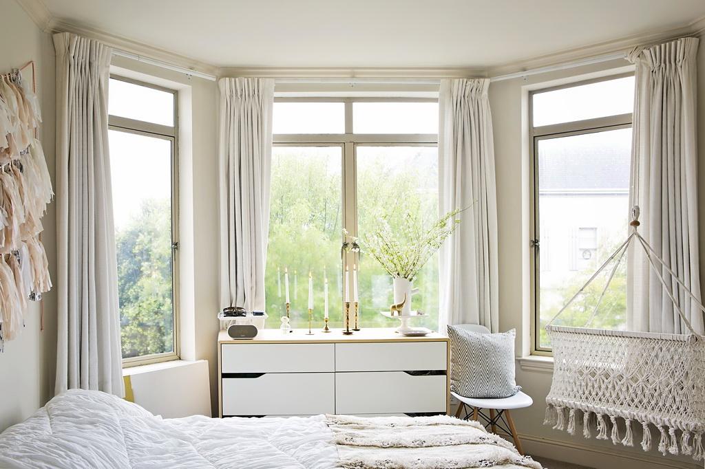 Спальня в цветах: белый, бежевый. Спальня в стиле средиземноморский стиль.
