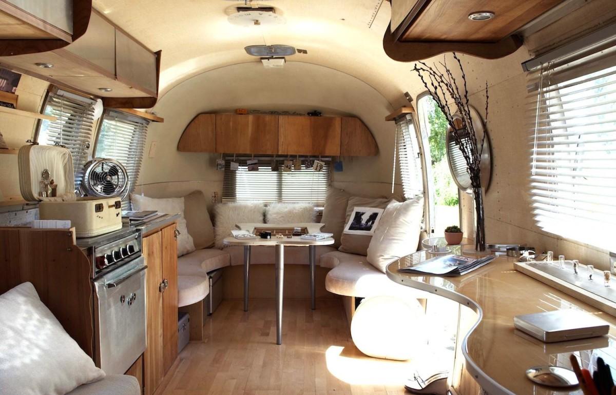 Кухня в цветах: серый, белый, коричневый, бежевый. Кухня в стиле модерн и ар-нуво.
