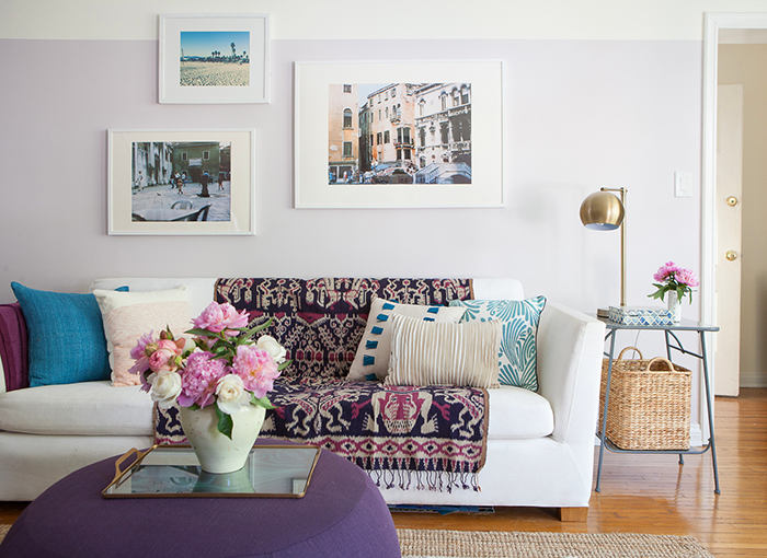 Спальня в цветах: бирюзовый, фиолетовый, серый, светло-серый, белый. Спальня в стиле скандинавский стиль.