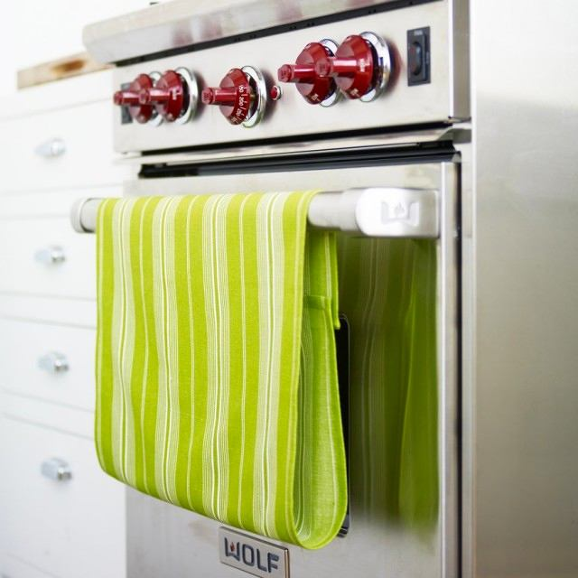 Кухня в цветах: серый, светло-серый, белый, темно-зеленый, салатовый. Кухня в стиле минимализм.