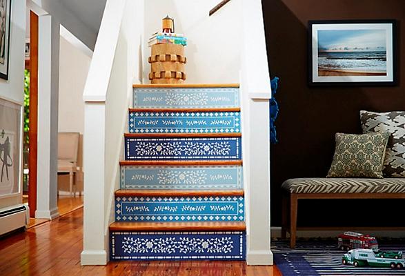 Лестница в цветах: голубой, бирюзовый, фиолетовый, белый, бежевый. Лестница в стиле этника.