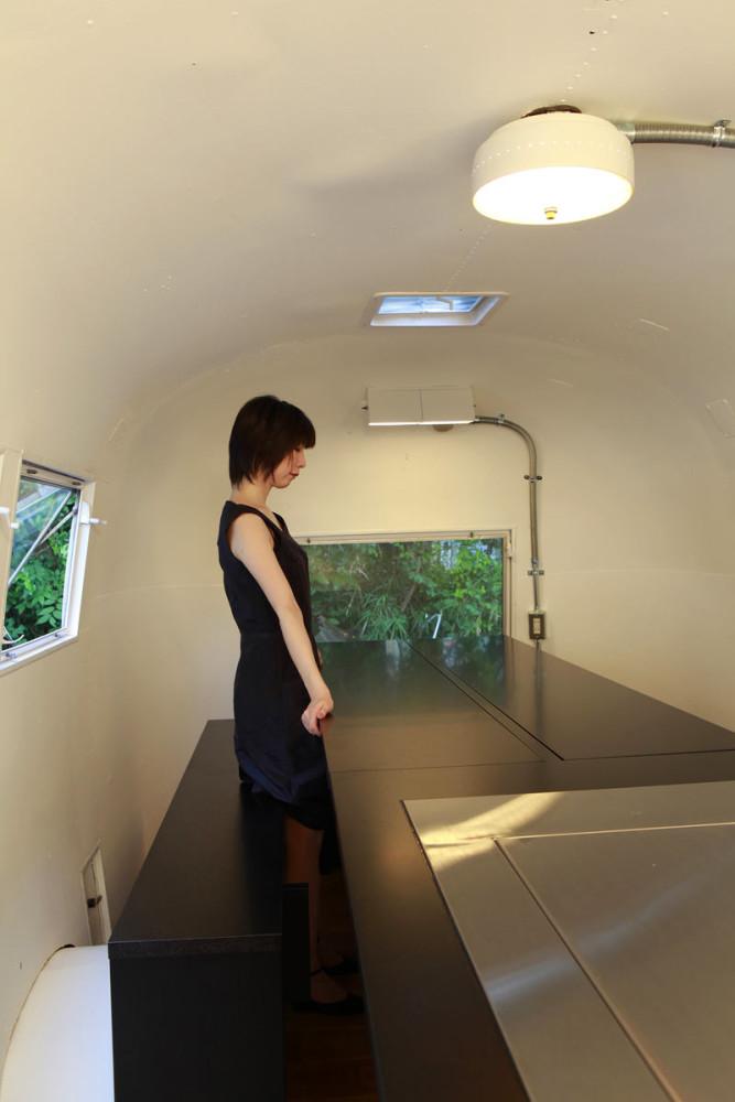 Мебель и предметы интерьера в цветах: черный, серый, светло-серый, бежевый. Мебель и предметы интерьера в стиле хай-тек.