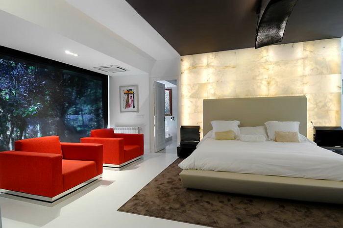 Спальня в цветах: красный, фиолетовый, серый, светло-серый, белый. Спальня в стиле минимализм.