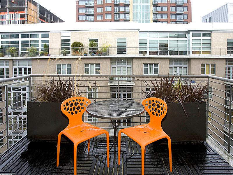 Балкон, веранда, патио в цветах: оранжевый, черный, серый, светло-серый, белый. Балкон, веранда, патио в стиле скандинавский стиль.