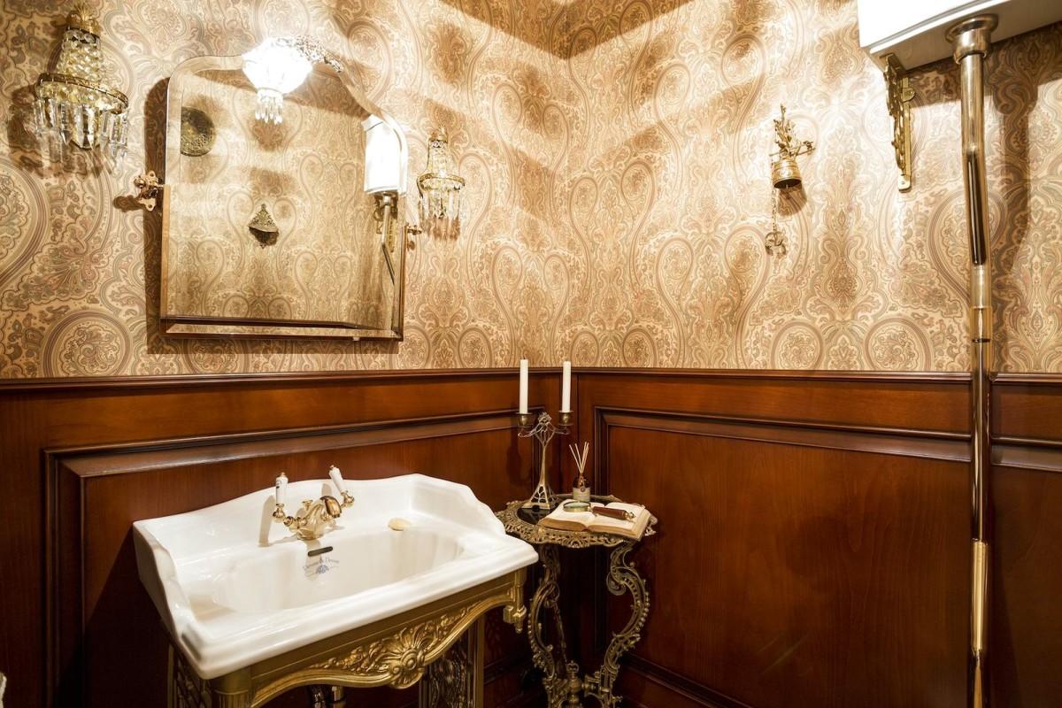 Туалет в цветах: желтый, белый, темно-коричневый, коричневый, бежевый. Туалет в стиле английские стили.