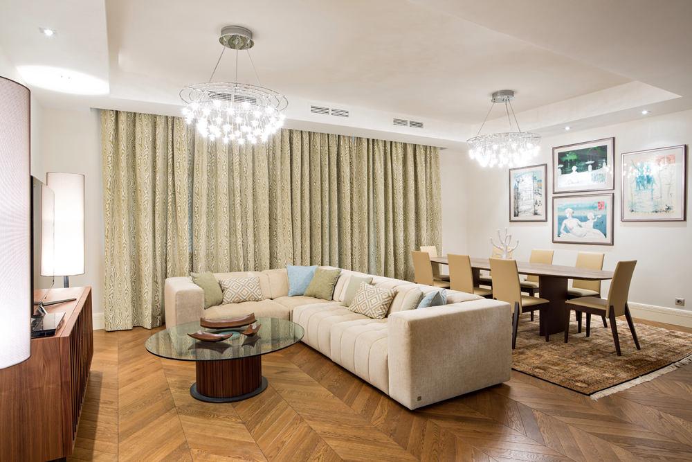 Гостиная, холл в цветах: серый, светло-серый, белый, коричневый, бежевый. Гостиная, холл в стиле эклектика.