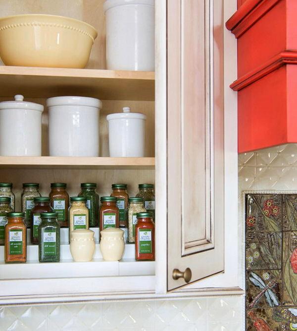 Кухня в цветах: красный, серый, светло-серый, белый, темно-зеленый. Кухня в .