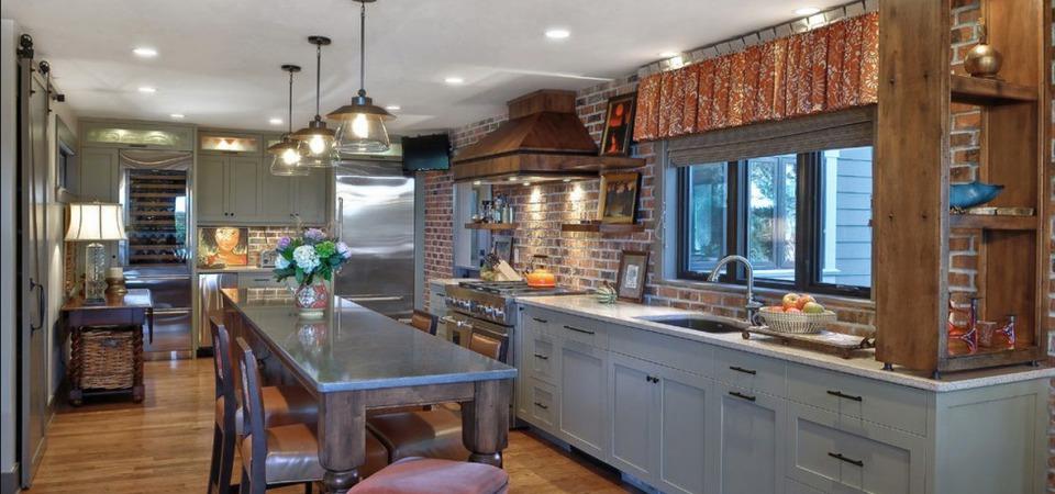 Просторная и функциональная кухня в стиле кантри-лофт
