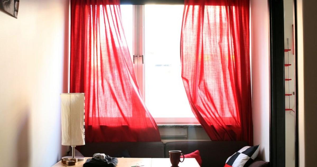 10 вдохновляющих интерьеров с красными шторами и советы профи, как не переборщить со страстью