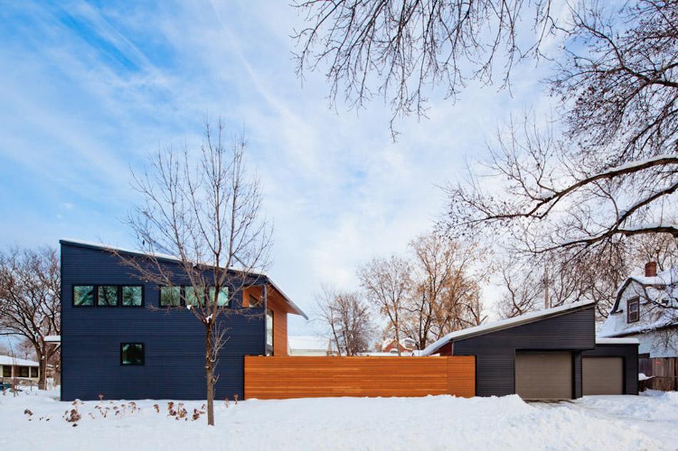 Современный каркасный дом, отделанный деревом