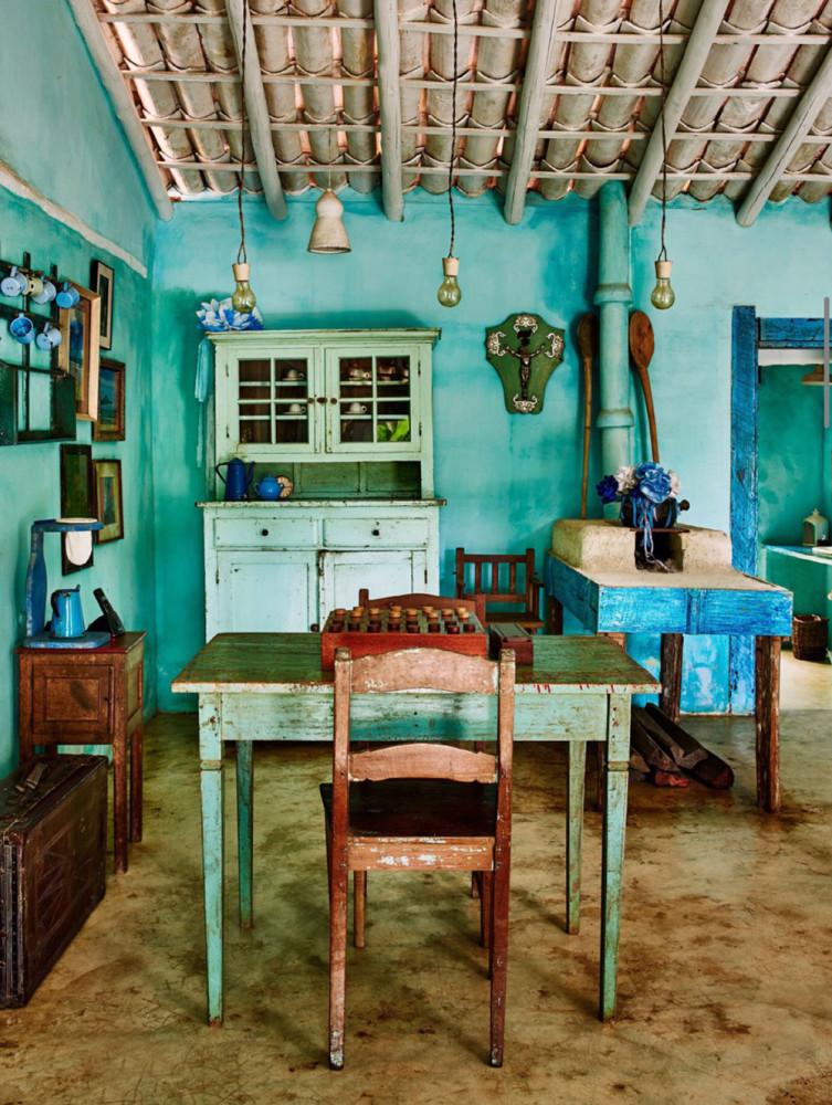 Кухня/столовая в  цветах:   Бежевый, Голубой, Коричневый, Светло-серый, Темно-коричневый.  Кухня/столовая в  стиле:   Кантри.