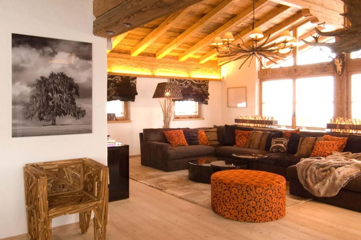 Гостиная в  цветах:   Бежевый, Коричневый, Оранжевый, Светло-серый, Темно-коричневый.  Гостиная в  стиле:   Эклектика.