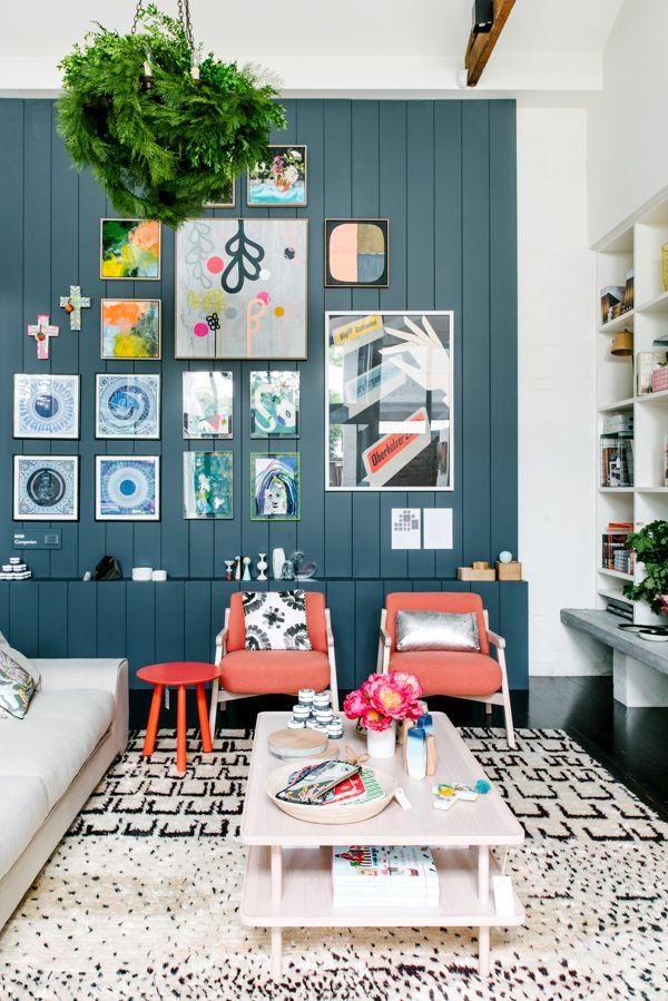 Гостиная в  цветах:   Белый, Светло-серый, Серый, Синий, Черный.  Гостиная в  стиле:   Минимализм.