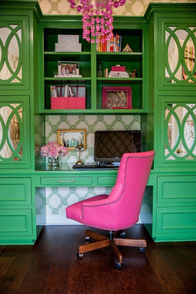 Кухня/столовая в  цветах:   Бежевый, Голубой, Темно-зеленый, Темно-коричневый, Черный.  Кухня/столовая в  стиле:   Неоклассика.