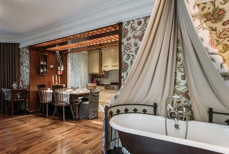 Как разместить на 50 квадратах три комнаты и ванну в гостиной: пример из Москвы