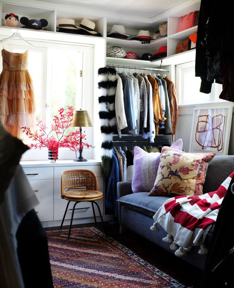 Куда повесить одежду, если в шкафу места больше нет: 17 идей, полезных для интерьера
