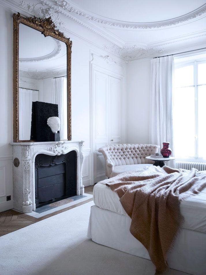Спальня в  цветах:   Белый, Светло-серый, Серый, Темно-коричневый, Черный.  Спальня в  стиле:   Неоклассика.