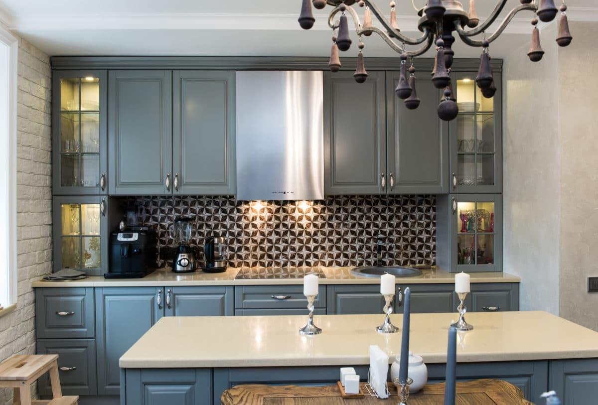 Кухня/столовая в  цветах:   Бежевый, Светло-серый, Серый, Синий, Черный.  Кухня/столовая в  стиле:   Неоклассика.