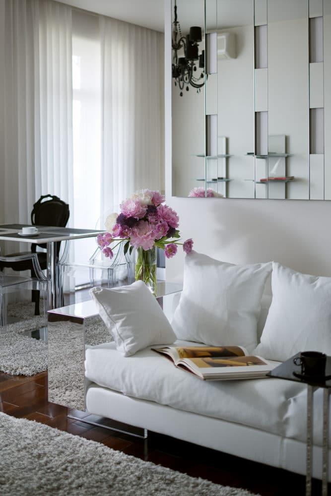 Гостиная в  цветах:   Бежевый, Светло-серый, Серый, Черный.  Гостиная в  стиле:   Эклектика.