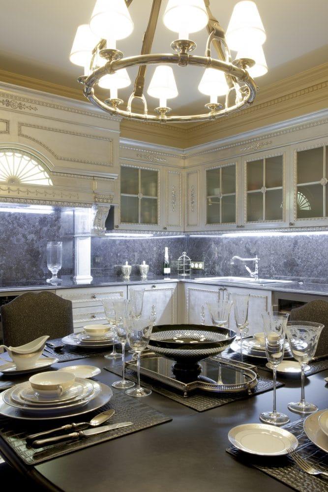 Кухня/столовая в  цветах:   Бежевый, Светло-серый, Серый, Темно-коричневый, Черный.  Кухня/столовая в  стиле:   Классика.