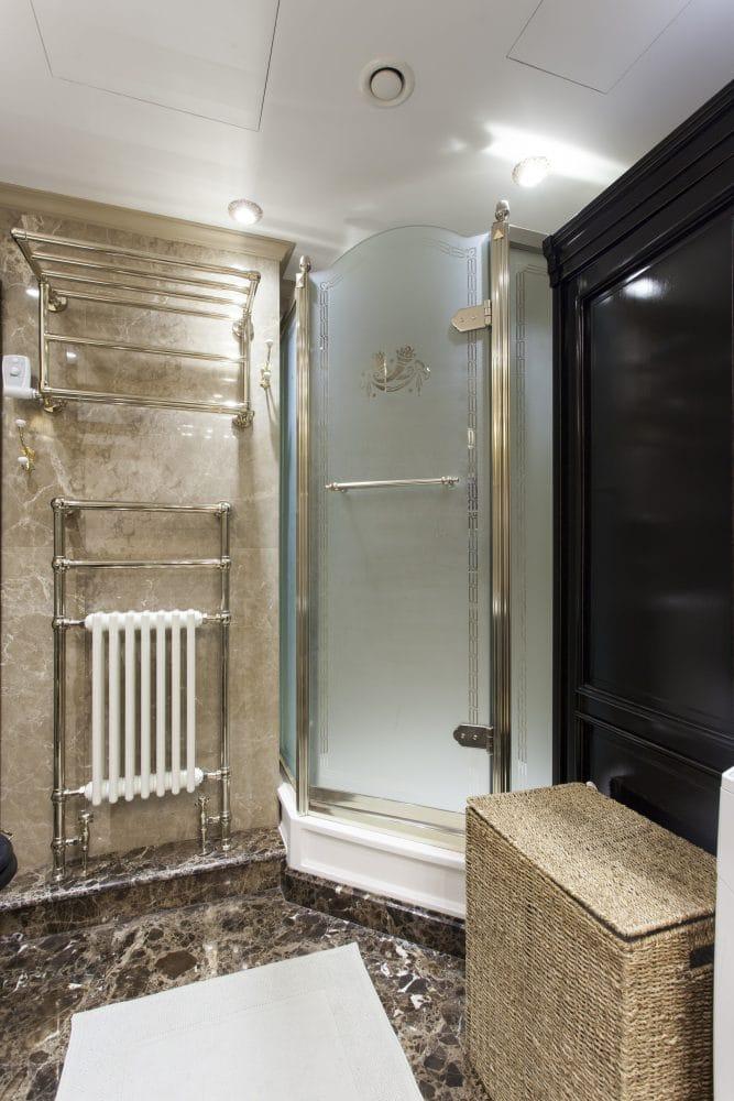 Ванная в  цветах:   Бежевый, Светло-серый, Серый, Темно-коричневый, Черный.  Ванная в  стиле:   Минимализм.