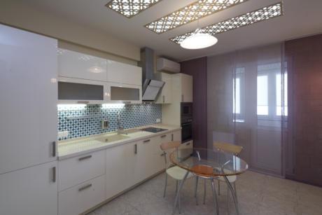 Кухня/столовая в  цветах:   Светло-серый, Серый, Голубой, Фиолетовый.  Кухня/столовая в  стиле:   Минимализм.