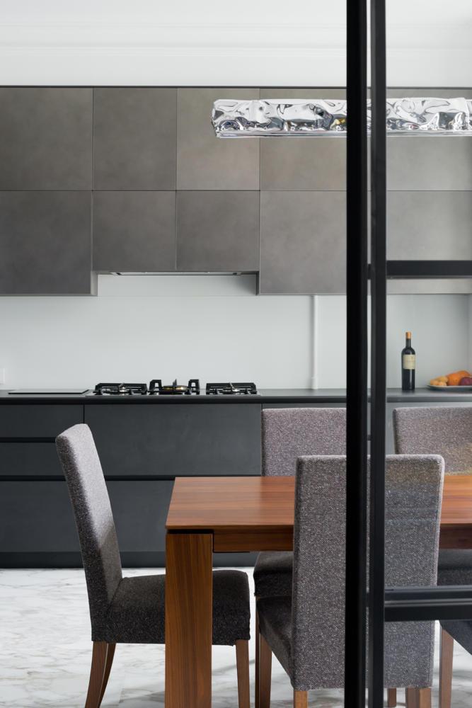Кухня/столовая в  цветах:   Бежевый, Розовый, Светло-серый, Темно-коричневый.  Кухня/столовая в  стиле:   Неоклассика.