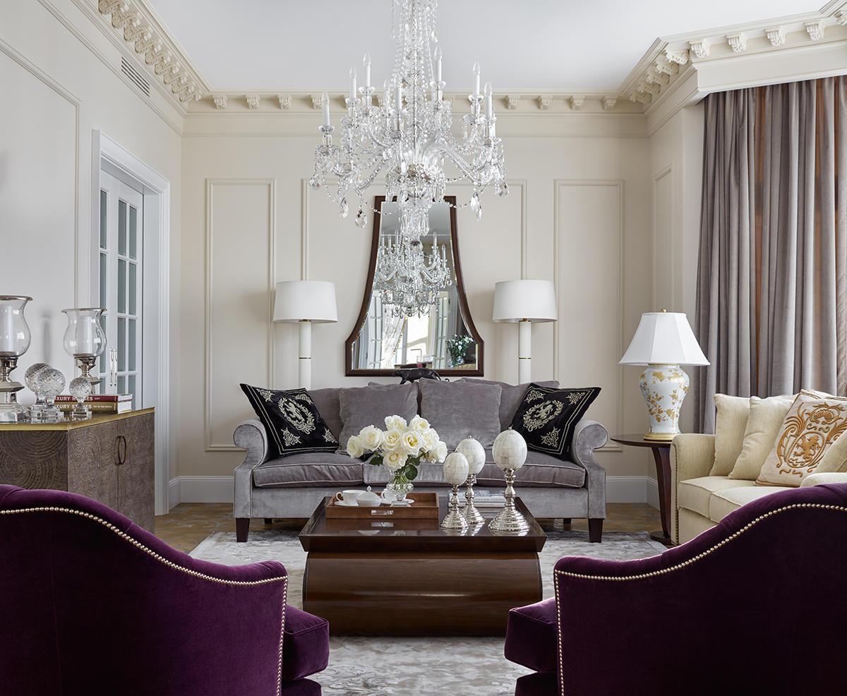 Гостиная в  цветах:   Бежевый, Бордовый, Светло-серый, Серый, Фиолетовый.  Гостиная в  стиле:   Неоклассика.