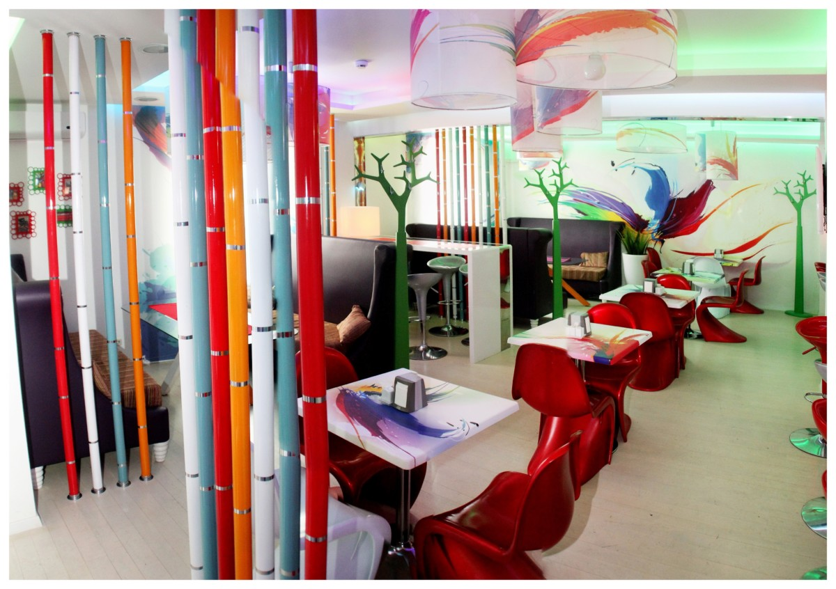 Подвесы-люстры и раздвижные шторы, а так же столики выполнены на заказ с оригинальной печатью красочного рисунка.