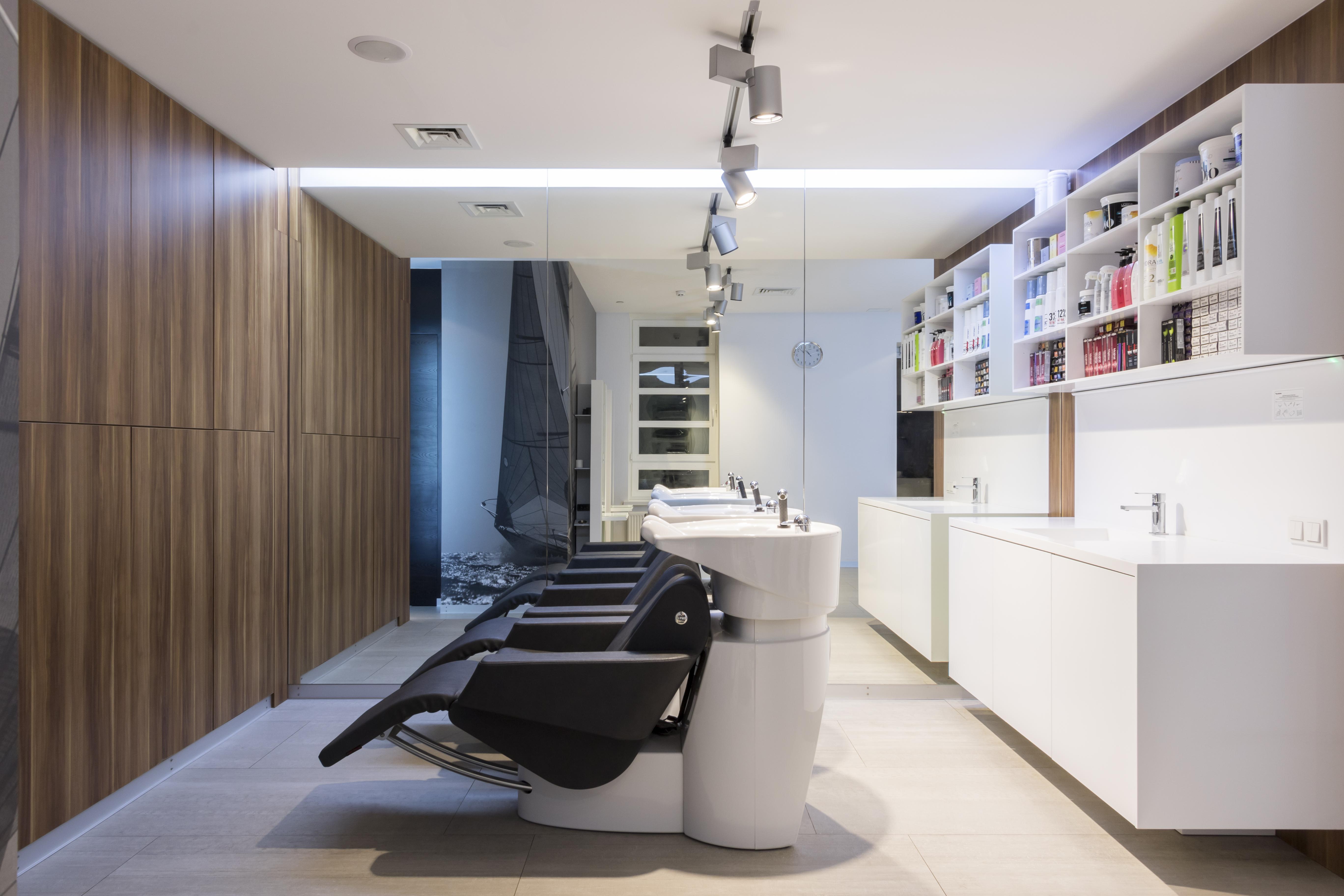 Зона моек и лаборатории, где готовятся компоненты для волос клиентов — окрашивания, лечения, завивки и других процедур.
