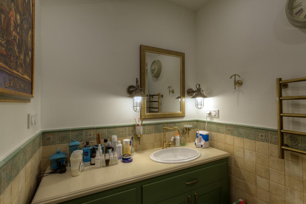 Красивый декор цвета умбры задал необходимую декоративность облицовке стен.