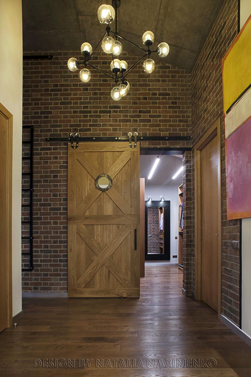 Второй ярус в квартире был создан для организации системы хранения вещей, в том числе арт-объектов, картин.